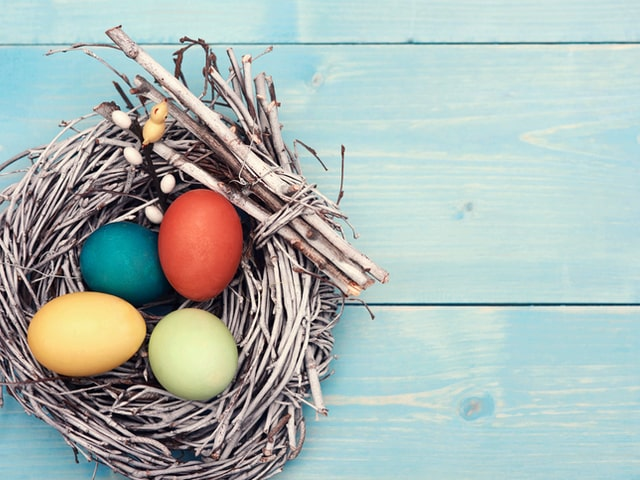 Как покрасить яйца натуральными ингредиентами