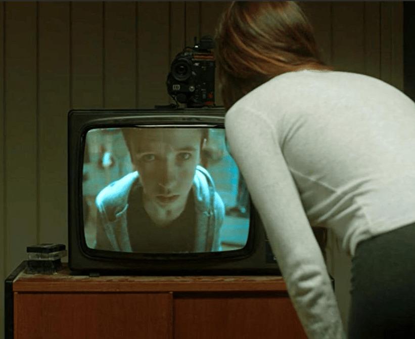 Девушка общается с ребёнком из прошлого по телевизору
